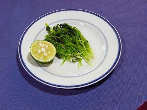 ガーデニング:実家の家庭菜園で育った大根の間引き菜おひたしとスダチ